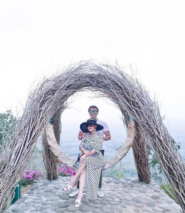 Syahrini membagikan liburan romantisnya bersama sang suami saat berlibur ke Jawa Tengah.
