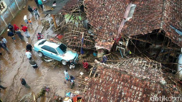 Sepekan terakhir ini dunia informasi media ramai diwarnai oleh berita banjir bandang yang terjadi di Sukabumi hingga pidato Presiden Jokowi di Sidang PBB.