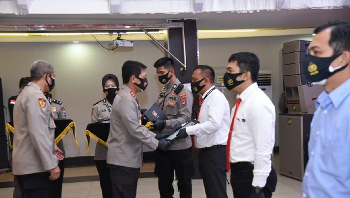 42 personel Polda Kalsel mendapatkan penghargaan usai mengungkap penyeludupan sabu 300 kg asal Malaysia