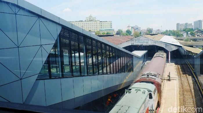 Stasiun Bandung punya 'wajah baru' dengan adanya jembatan modern (SkyBridge) yang membentang dari arah selatan menuju utara. Pemandangan ini jelas berbeda jika dibandingkan dengan stasiun yang ada di wilayah PT KAI Daerah Operasional (Daop 2) Bandung lainnya.