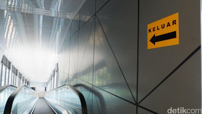 Stasiun Bandung punya wajah baru dengan adanya jembatan modern (SkyBridge) yang membentang dari arah selatan menuju utara. Ini beda dengan stasiun lainnya.