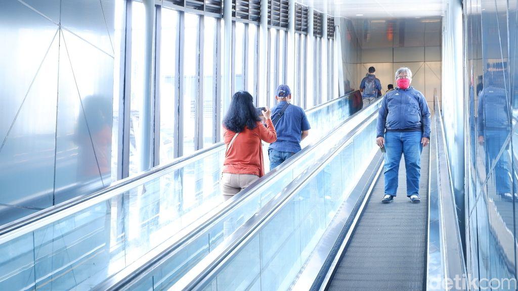 Stasiun Bandung punya 'wajah baru' dengan adanya jembatan modern (SkyBridge) yang membentang dari arah selatan menuju utara. Ini beda dengan stasiun lainnya.