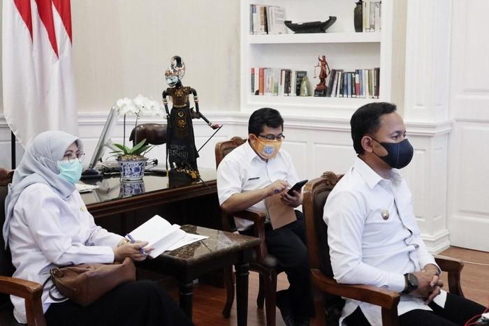 Wali Kota Bogor Bima Arya saat mengikuti Rapat Koordinasi terkait Antisipasi Perkembangan Kasus Covid-19 di Jabodetabek secara virtual (24/9/2020).