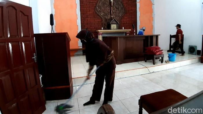 Warga Desa Gedong, Kecamatan Banyubiru, Kabupaten Semarang bergotong royong membersihkan kapel dan masjid yang lokasinya berdekatan, Jumat (25/9/2020)