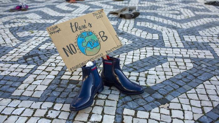 Muda mudi di berbagai belahan dunia melakukan aksi untuk mendesak tindakan darurat guna menghentikan bencana perubahan iklim serentak pada Jumat (25/9/2020).