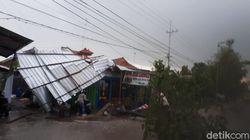 Hujan Angin Kencang di Bojonegoro Tumbangkan Pohon Hingga Rusak Atap Rumah