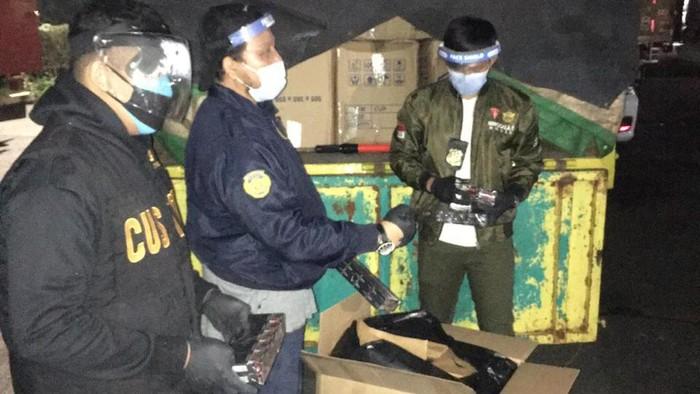 Bea Cukai Kantor Wilayah Banten kembali mengamankan jutaan batang rokok ilegal tanpa cukai. Penyitaan dilakukan di dua tempat yaitu Tangerang Selatan dan Kota Tangerang oleh tim dalam operasi yang diberi nama Gempur Rokok Ilegal yang dilakukan bagian penindakan.