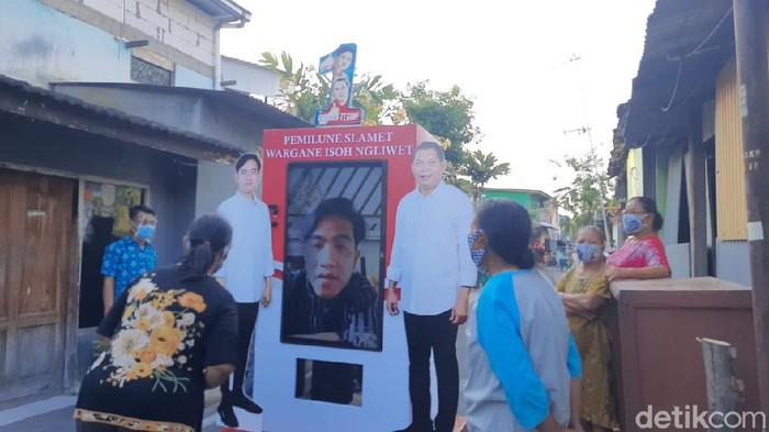 Cawalkot Solo Gibran Rakabuming Raka blusukan virtual lewat TV portabel ke Kampung Solo. TV portabel ini diperkenalkan di hari pertama Gibran kampanye, Sabtu (26/9/2020)