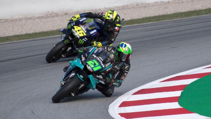BARCELONA, SPAIN - SEPTEMBER 25: Franco Morbidelli of Italy and Petronas Yamaha SRT leads Valentino Rossi of Italy and Monster Energy Yamaha MotoGP Team during the free practice of the MotoGP of Catalunya at Circuit de Barcelona-Catalunya on September 25, 2020 in Barcelona, Spain. (Photo by Mirco Lazzari gp/Getty Images)
