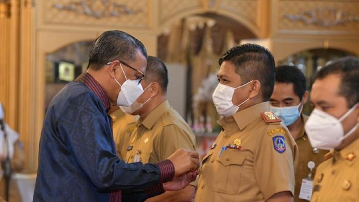 Gubernur Sulsel Nurdin Abdullah mengukuhkan Kepala Diskominfo Sulsel, Amson Padolo sebagai Pjs Bupati Toraja Utara
