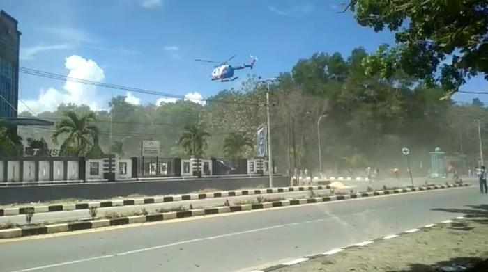 Helikopter Polda Sultra terbang rendah di atas massa aksi setahun tewasnya Randy
