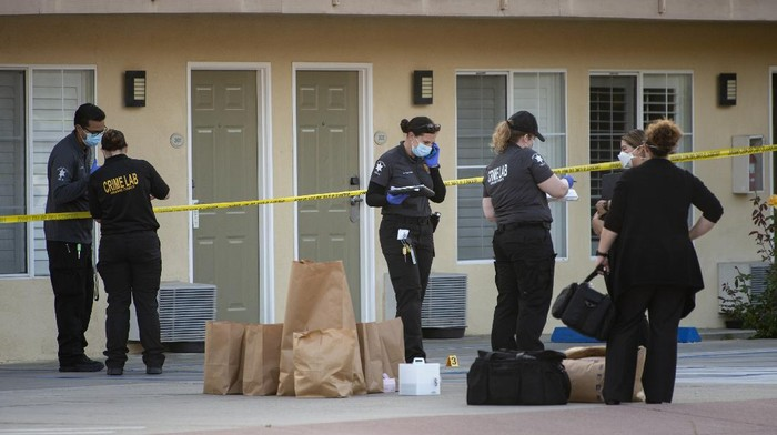 Investigators bag evidence in front of Hotel Miramar in San Clemente, Calif., Wednesday, Sept. 23, 2020, where Orange County sheriffs deputies shot and killed a Black man after he allegedly tried to grab one of their guns during a struggle, authorities said. (Mindy Schauer/The Orange County Register via AP)