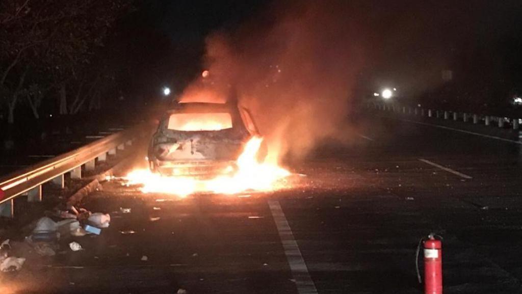 Diduga Overheat, Sebuah SUV Terbakar di Tol Japanan-Gempol