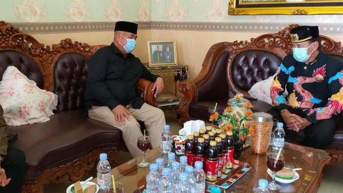 Paslon bupati dan wakil bupati Kukar, Edi-Rendi meminta restu kepada Sultan Kutai untuk berlaga lawan kotak kosong