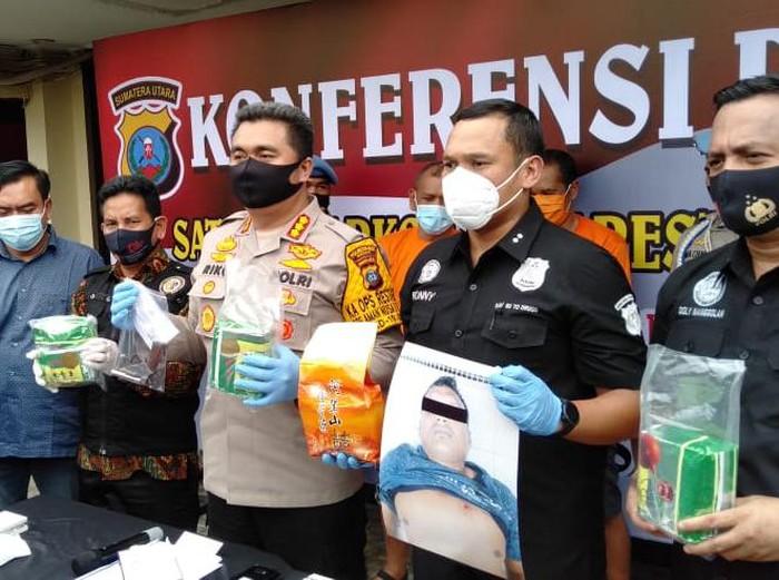 Polisi bongkar sindikat sabu di Medan, Sumut. Dua orang ditetapkan jadi tersangka dan satu orang ditembak mati karena melawan saat ditangkap.