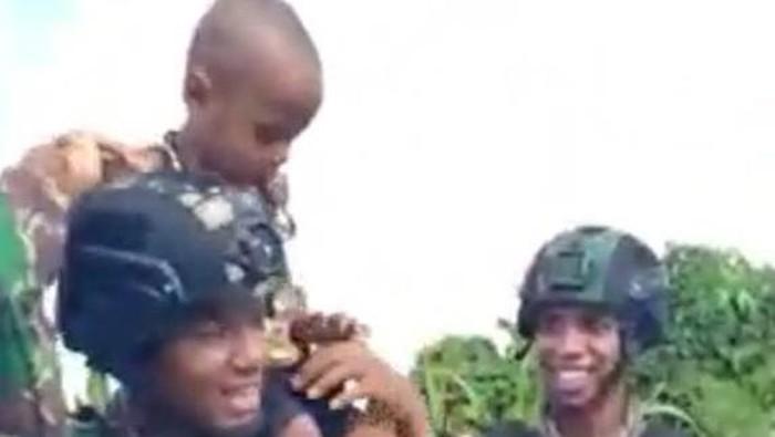 Prajurit TNI menggendong balita di Papua