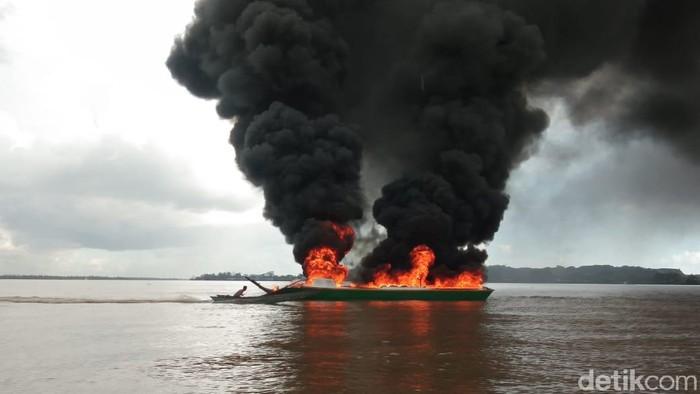 Sebuah perahu dompeng di Kaltim terbakar Jumat (25/9) sore, diduga karena korsleting listrik
