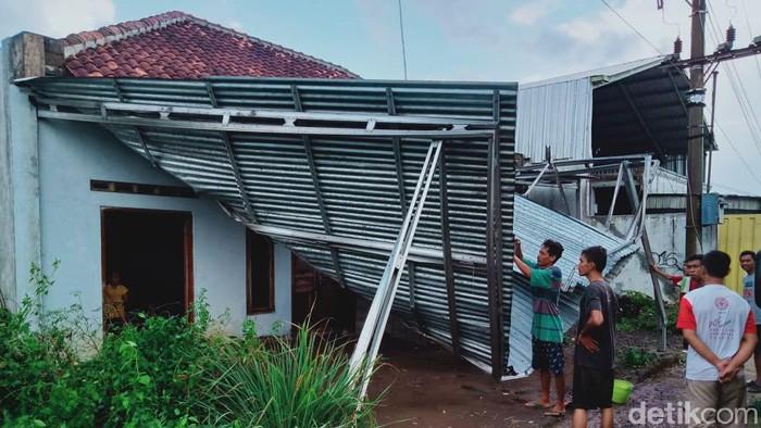 Sejumlah warung hingga baliho di Klaten rusak akibat hujan disertai angin kencang, Sabtu (26/9/2020)