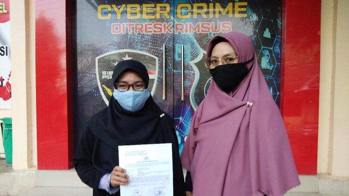 Staf pelayanan hukum LBH Apik Sulawesi Selatan, Nurhikmah Kasmar dan Andi Fajri Wahyuningsi