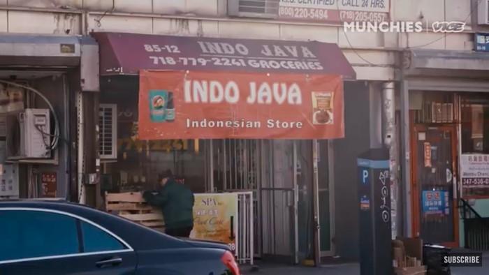 Terkecil di NYC, Warung Kamis Ini 'Ngumpet' dalam Toko Sembako