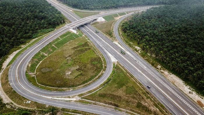 Foto udara Tol Pekanbaru-Dumai di Riau, Sabtu (26/9/2020). Tol Pekanbaru-Dumai sepanjang 131,5 Kilometer ini baru saja diresmikan oleh Presiden Joko Widodo pada 26 September kemarin dan merupakan bagian dari Tol Trans Sumatera sepanjang 2.878 kilometer. ANTARA FOTO/FB Anggoro/wsj.