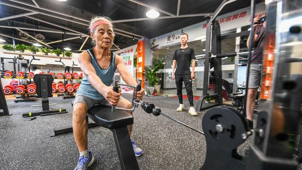 This photo taken on September 17, 2020 shows Chen Jifang, 68, working out at a gym in Shanghai. - The grandmother from Shanghai has become a minor celebrity in recent months in China as her newfound and unlikely love for working out made national headlines. (Photo by STR / AFP) / China OUT / TO GO WITH AFP STORY CHINA-SPORT-LIFESTYLE-ELDERLY by Peter STEBBINGS and Jessica YANG / The erroneous mention[s] appearing in the metadata of this photo by STR has been modified in AFP systems in the following manner: [Chen Jifang, 68] instead of [Chen Jifang, 70]. Please immediately remove the erroneous mention[s] from all your online services and delete it (them) from your servers. If you have been authorized by AFP to distribute it (them) to third parties, please ensure that the same actions are carried out by them. Failure to promptly comply with these instructions will entail liability on your part for any continued or post notification usage. Therefore we thank you very much for all your attention and prompt action. We are sorry for the inconvenience this notification may cause and remain at your disposal for any further information you may require.