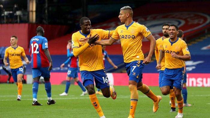 LONDON, ENGLAND - SEPTEMBER 26: Richarlison of Everton celebrates with teammate Abdoulaye Doucoure after scoring his sides second goal during the Premier League match between Crystal Palace and Everton at Selhurst Park on September 26, 2020 in London, England. Sporting stadiums around the UK remain under strict restrictions due to the Coronavirus Pandemic as Government social distancing laws prohibit fans inside venues resulting in games being played behind closed doors. (Photo by Bradley Collyer - Pool/Getty Images)