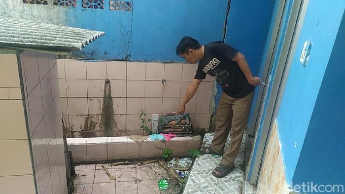 Ketua RT 02/02 Kampung Pangarengan Agus Kurnia tunjukan empat celana dalam hasil curian pelaku misterius yang dibuang usai dijadikan bahan onani.