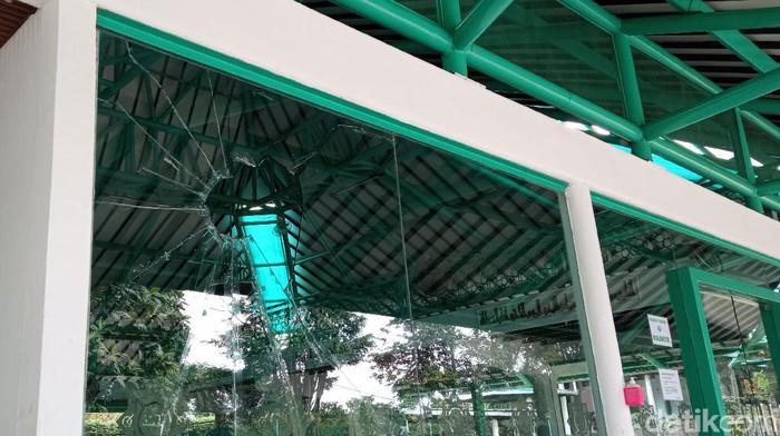 Masjid yang dirusak seorang pria di Bandung belum diperbaiki.