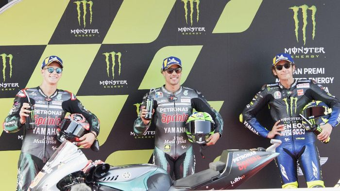 BARCELONA, SPAIN - SEPTEMBER 26: (L-R) Franco Morbidelli of Italy and Petronas Yamaha SRT, Fabio Quartararo of France and Petronas Yamaha SRT  and Valentino Rossi of Italy and Monster Energy Yamaha MotoGP Team celebrate at the end of the MotoGP qualifying practice  during qualifying for the MotoGP of Catalunya at Circuit de Barcelona-Catalunya on September 26, 2020 in Barcelona, Spain. (Photo by Mirco Lazzari gp/Getty Images)