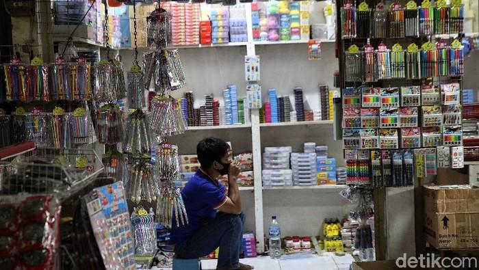 Pandemi COVID-19 berdampak pada aktivitas jual beli di Pasar Gembrong, Jakarta. Para pedagang di sana mengatakan omzet mereka menurun imbas pandemi tersebut.