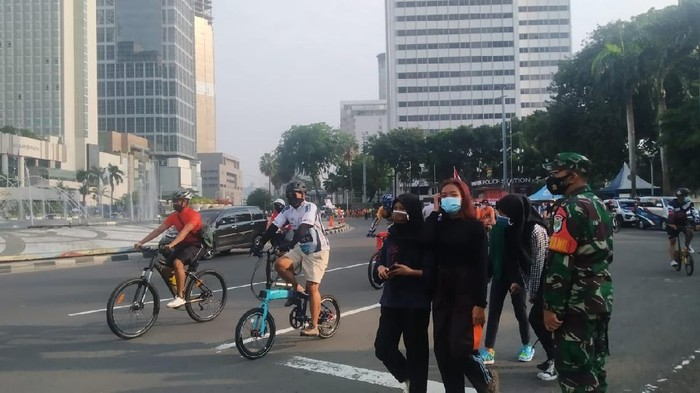 Pesepeda meramaikan kawasan Bundaran HI meski PSBB diperpanjang, Minggu (27/9/2020)