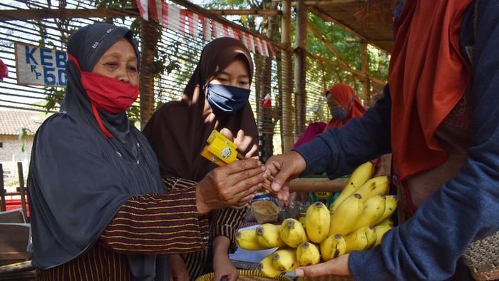 Sebuah pasar tradisional di desa wisata yang berada di Madiun ini punya sistem pembayaran yang unik. Di sana transaksi pembayarannya menggunakan bilah bambu.