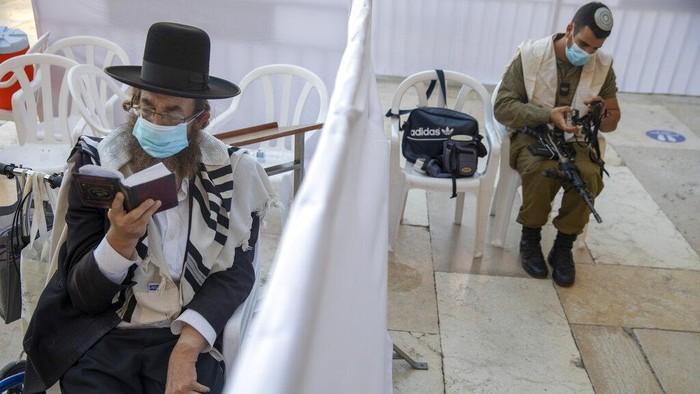 Israel kembali terapkan lockdown guna cegah virus Corona. Peringatan hari raya umat Yahudi yakni Yom Kippur pun digelar di tengah penerapan lockdown di Israel.