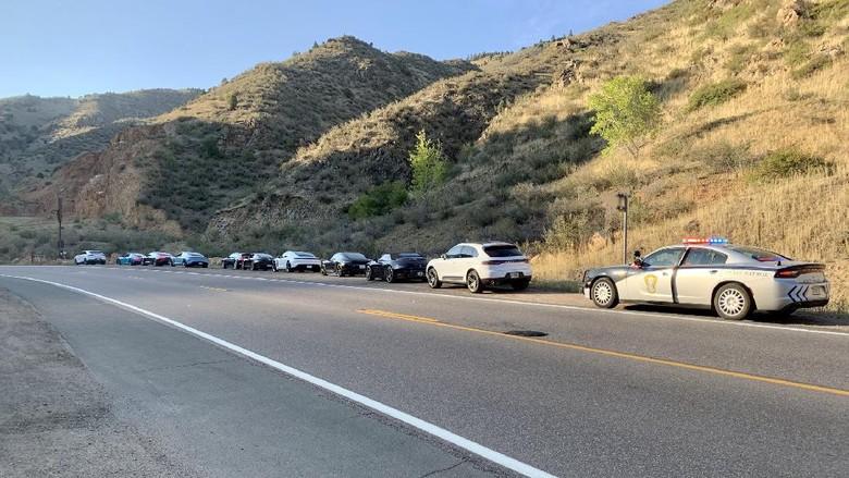 Polisi menilang 10 Porsche secara bersamaan yang melewati batas kecepatan.