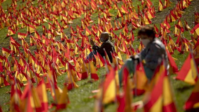 Sebanyak 53.000 bendera Spanyol dipasang di Roma Park sebagai penghormatan untuk para korban COVID-19.