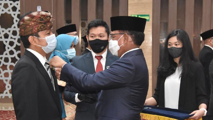Ketua KPI Agung Suprio dianugerahi penghargaan Satyalencana Wirakarya.