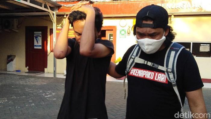 Andi Parawansyah, pria ngaku PNS Disbub Bone, dihajar warga karena mencuri motor di Makassar (Hermawan Mappiwali/detikcom).