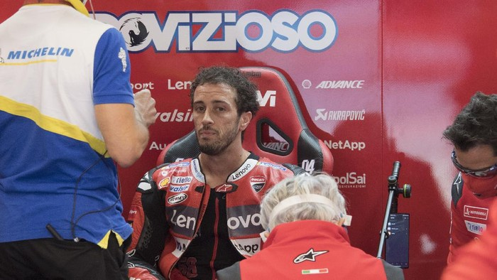 BARCELONA, SPAIN - SEPTEMBER 26:  Andrea Dovizioso of Italy and Ducati Team   speaks in box with mechanics during the MotoGP of Catalunya: Qualifying during qualifying for the MotoGP of Catalunya at Circuit de Barcelona-Catalunya on September 26, 2020 in Barcelona, Spain. (Photo by Mirco Lazzari gp/Getty Images)