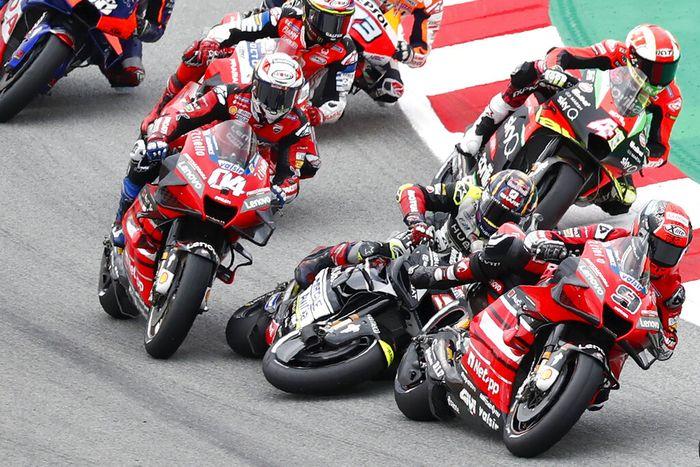 Insiden Johann Zarco dengan Andrea Dovizioso di MotoGP Catalunya 2020. (AP Photo/Joan Monfort)