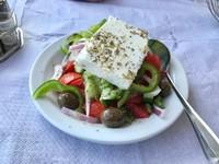Saatnya menikmati salad khas Yunani yang terkenal. (Foto: Ristiyanti Handayani/dtraveler)***Artikel ini merupakan kiriman pembaca detikTravel, Ristiyanti Handayani dan sudah tayang di dTravelers Stories. Anda punya pengalaman liburan lainnya, segera kirim ke detikTravel lewat tautan ini.