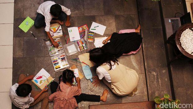Anak-anak mengikuti kelas belajar menggambar di Taman Tino Sidin, Bantul, Yogyakarta, Senin (28/9/2020). Anak-anak belajar menggambar dengan pendekatan teknik menggambar ala Maestro gambar Tino Sidin.