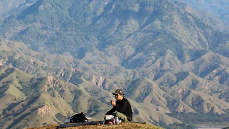 Bukit Passapa menyajikan hamparan perbukitan dengan sajian pemandangan sabana berwarna hijau sejauh mata memandang.