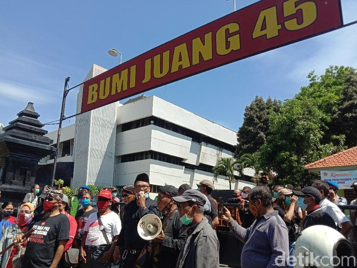 Acara Koalisi Aksi Menyelamatkan Indonesia (KAMI) Jatim di Gedung Juang 45 mendapat penolakan dari berbagai organisasi masyarakat (ormas). Acara tersebut akhirnya batal digelar.