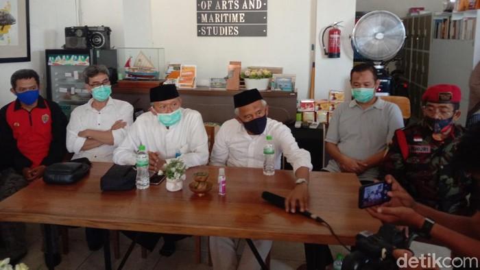 Koalisi Aksi Menyelematkan Indonesia (KAMI) Jawa Timur merasa dipersekusi oleh massa Surabaya Adalah Kita. Kami menyebut massa salah paham pada KAMI.
