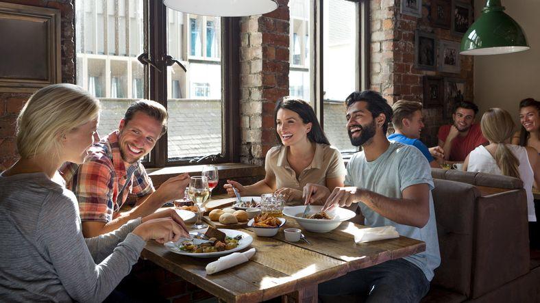Begini Etika yang Harus Diterapkan saat Ditraktir Makan oleh Teman