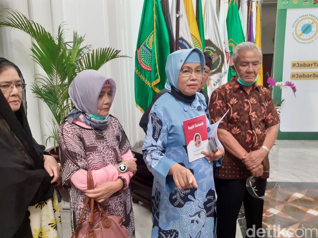 Foto Prof Nina Lubis dan ahli waris Inggit Garnasih di Gedung Sate