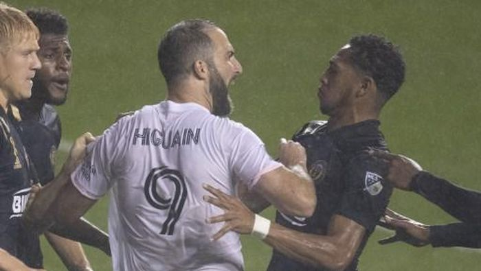 CHESTER, PA - SEPTEMBER 27: Gonzalo Higuain #9 of Inter Miami CF argues with Jose Andres Martinez #8 of Philadelphia Union in the second half at Subaru Park on September 27, 2020 in Chester, Pennsylvania. The Philadelphia Union defeated Inter Miami CF 3-0.   Mitchell Leff/Getty Images/AFP