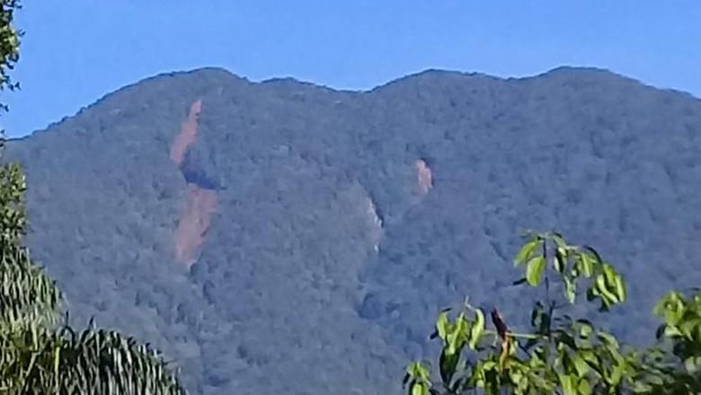 Foto Gunung Salak disebut terbelah. BNPB menyebut itu jalur longsor di hulu sungai.