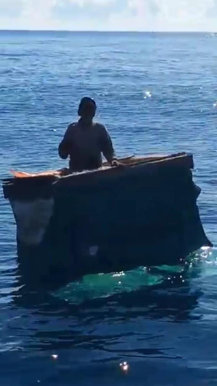 Hamade, nelayan lansia ditemukan terombang-ambing di laut selama 6 hari. Dia dievakuasi nelayan lain dari boks gabus ikan (dok. Istimewa)